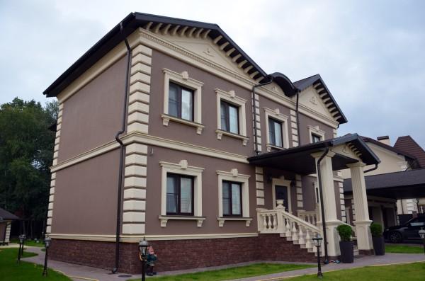 Оригинальный дизайн фасада с тонкослойной цветной штукатуркой