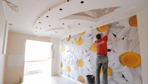 Отделка стен данным видом обоев может производится своими руками.