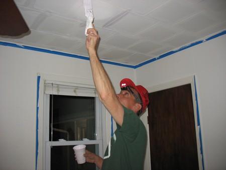 Покраска потолочной плитки водоэмульсионной краской