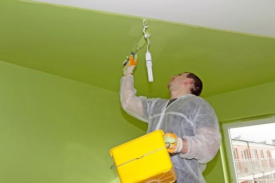 Покраска валиком потолка
