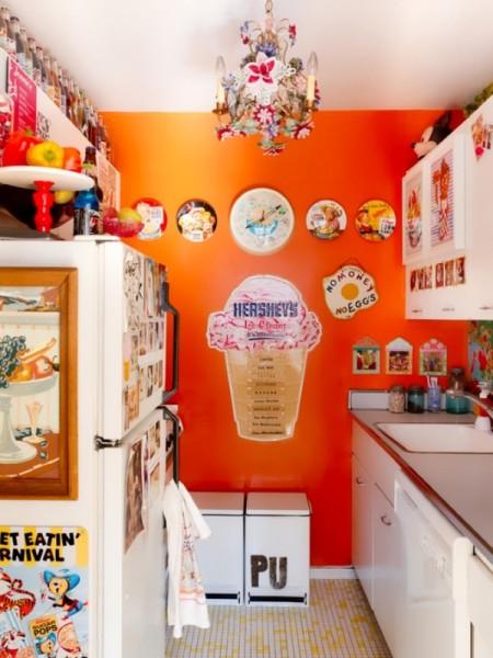 Пример украшения однотонной стены на кухне