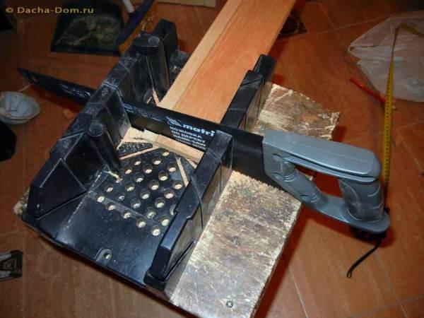 Распил панели при помощи специального инструмента, называемого столярное стусло. Благодаря ему срез получается идеально ровным