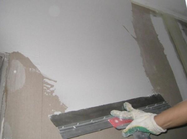Шпаклёвка своими руками – удачная подготовка стен перед поклейкой обоев, если изначально поверхность неровная, на ней множество трещин и других подобных дефектов.
