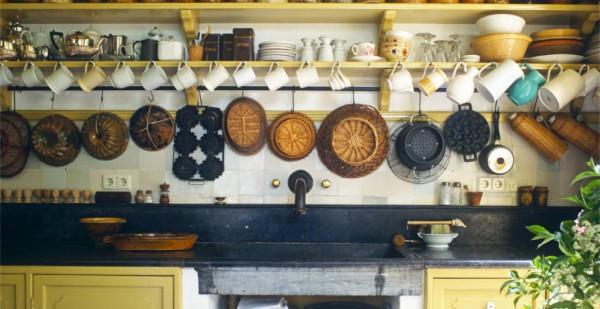 Украшение кухонной стены над рабочей поверхностью в деревенском стиле