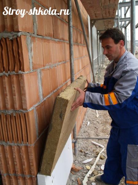 Утепление стен базальтовой ватой толщиной 150 миллиметров. С таким покрытием не промёрзнут даже самые тонкие стены