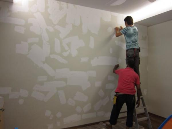 Важно правильно подготовить стены для поклейки. Ведь флизелин останется на стене, его не нужно будет снимать еще несколько лет.