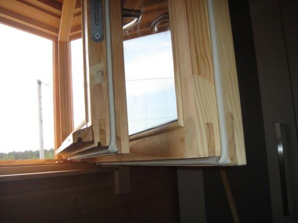 Выполнение покраски деревянных окон