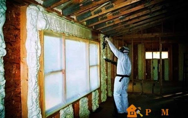 Заливка пеноизолом внутренней части стен. С таким утеплением не страшны даже арктические морозы