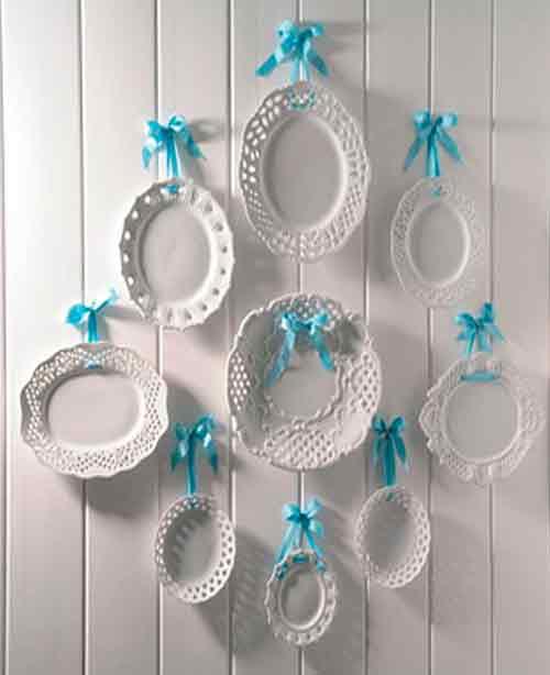 Тарелочки на стене с ажурными ободками