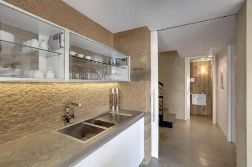Декоративное штукатурное покрытие на рабочей стенке кухни