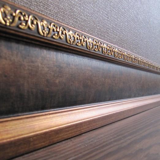 Деревянный багет на стене
