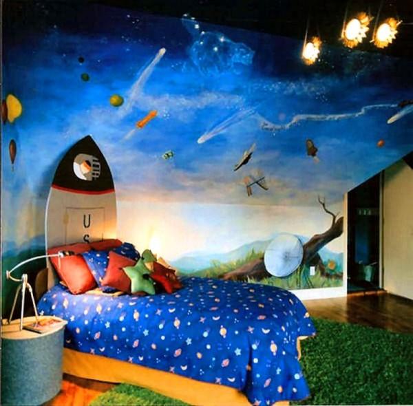 Для малышей, увлекающихся космосом, хорошо подойдут в комнату на стену его изображения, звёзды, сюжеты из фантастических фильмов и мультфильмов
