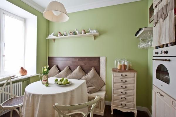 Ещё одна типовая кухня небольших размеров, оформленная в стилистике французского прованса