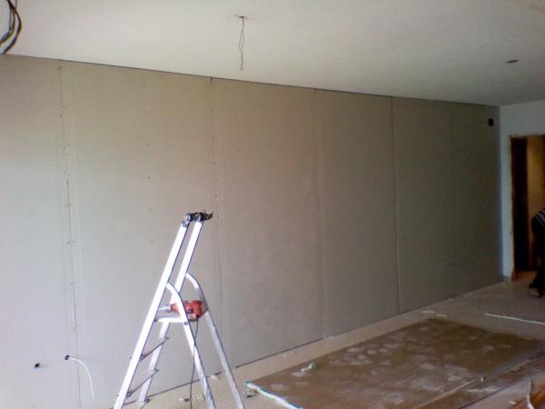 Если вы с помощью гипсокартона просто хотите выровнять стены, то создавать дополнительно обрешётку нет никакой необходимости, его можно просто наклеить непосредственно сразу на стену