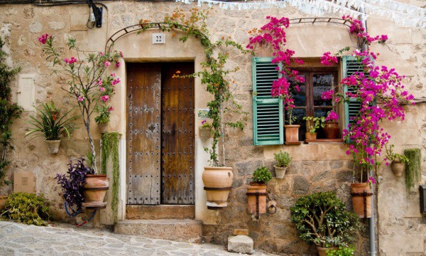 Фасад самого обычного дома в провинции Прованс