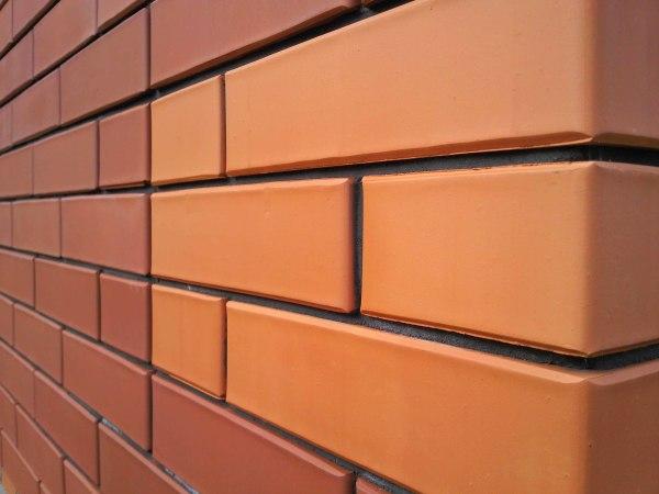Фото. Керамические стены в прихожей. Стены из керамического кирпича смотрятся аккуратными и эстетичными