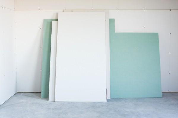 Гипсокартон не влагоустойчив, поэтому стены необходимо дополнительно грунтовать и обрабатывать влагоотталкивающими средствами, чтобы впоследствии гипсокартон не зацвёл