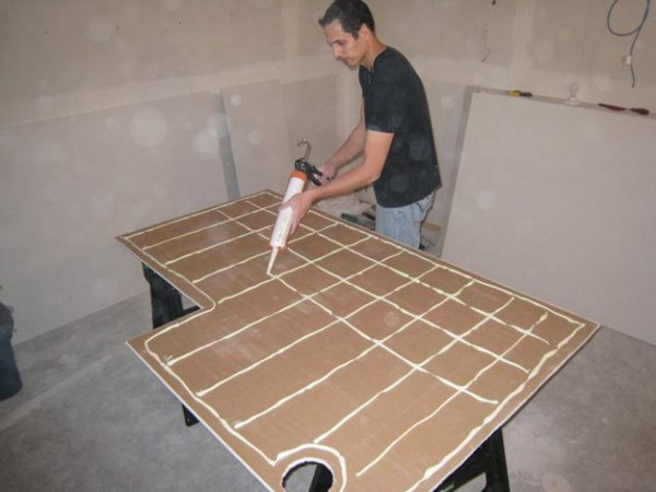 Гипсокартонные листы можно клеить непосредственно на стены, не делая дополнительный каркас для их монтажа