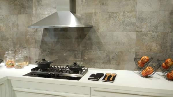 Кафельная плитка в интерьере кухни смотрится не только эстетично и благородно, она ещё и практична для такого помещения