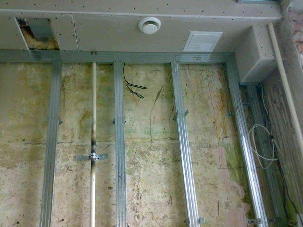 Каркас для монтажа гипсокартонных листов на стену, даёт возможность спрятать за гипсокартонной стеной провода, трубы и другие коммуникации