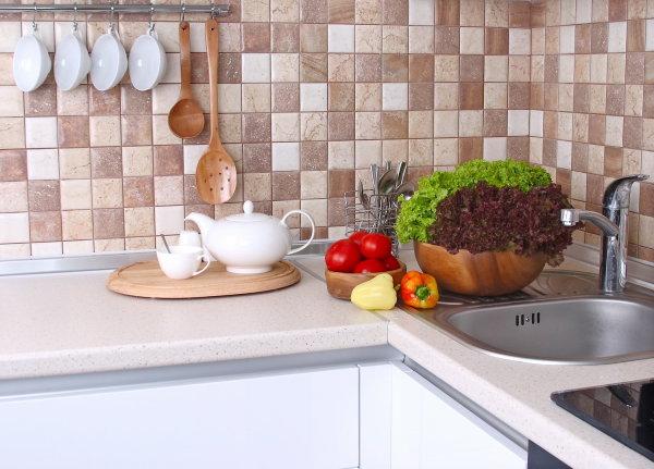 Керамическая плитка на стенах кухни, это практически уже классика, она практична, а большой выбор расцветок и рисунков, позволяет создать красивый и оригинальный интерьер