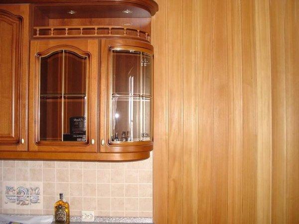 Кухня, обшитая узкими панелями из мдф