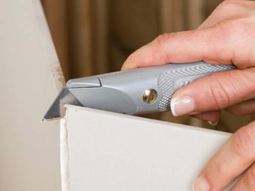 Листы гипсокартона довольно легко разрезать на необходимые куски, с этой задачей справится даже женщина, не затрачивая много сил