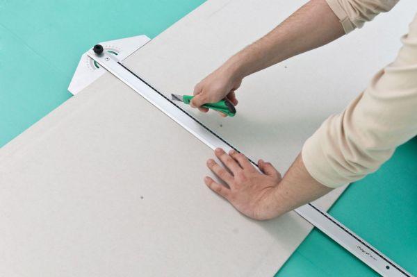 Листы гипсокартона нужно сразу отмерить и нарезать на необходимые куски