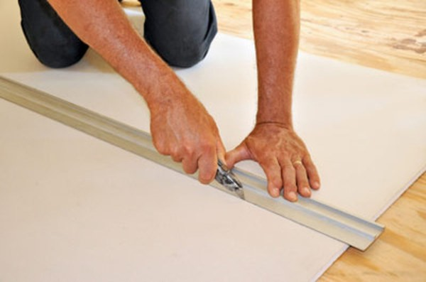 Листы гипсокартона подготавливают сразу по нужным меркам, для этого не нужны специальные приспособления, это просто сделать с помощью строительного ножа