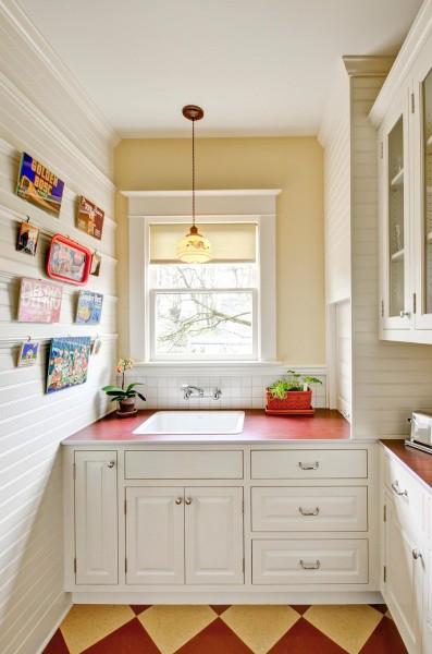Маленькая кухня, обшитая горизонтальными пластиковыми панелями