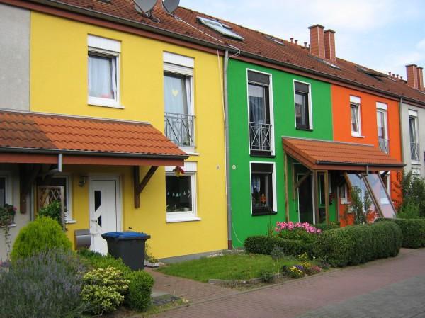 Многоцветный окрашенный фасад многоквартирного дома
