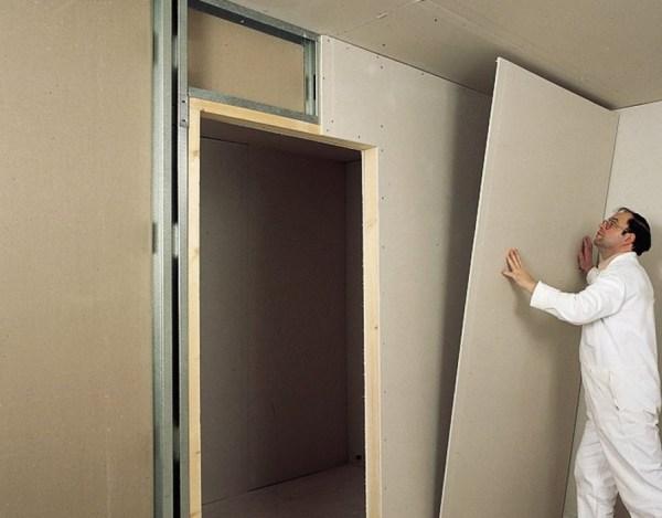 Монтировать гипсокартонные листы можно в одиночку, это наиболее быстрый этап в отделке стен гипсокартоном