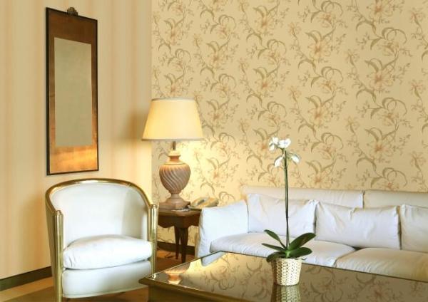 Мы видим, классическую светлую гостиную, стены которой отделаны виниловыми обоями с нежной расцветкой, подчёркивающей стилистическую направленность интерьера