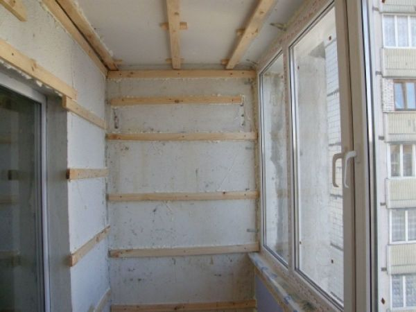 Мы видим пример деревянного каркаса, сделанного собственными руками на балконе, для обшивки и утепления стен гипсокартонными листами