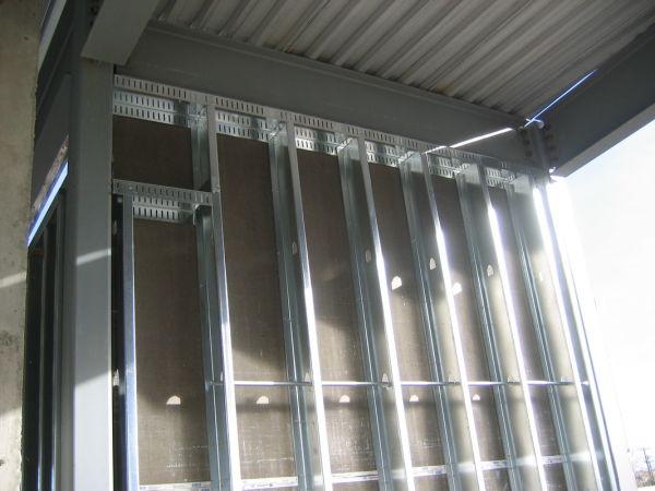 Мы видим пример каркаса из оцинкованного профиля для обшивки стен гипсокартонными листами