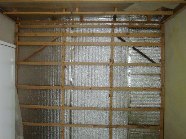 Мы видим пример самодельного деревянного каркаса для обшивки стен гипсокартоном, для утепления и шумоизоляции