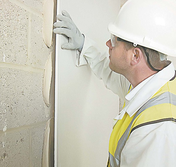 На блочных и каменных стенах гипсокартон клеится и держится лучше и крепче