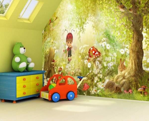 На фото, представлен интерьер детской комнаты, оформленный фотообоями с изображением светлого леса по которому гуляет малыш и наблюдает за зверюшками