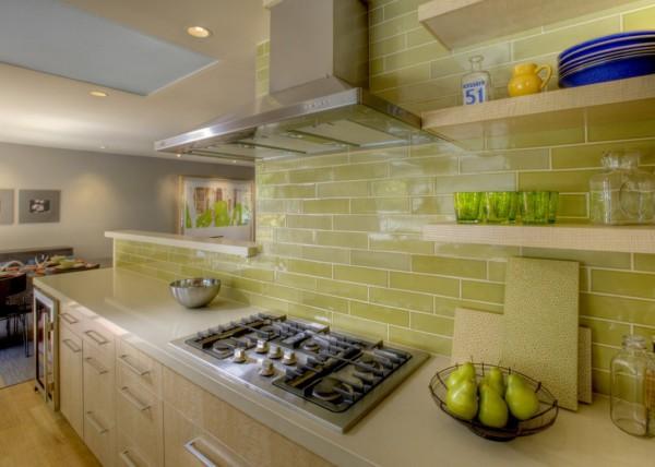 На фото, представлен пример кухонного фартука, на современной кухне, выложенного плиткой в виде кирпичной кладки