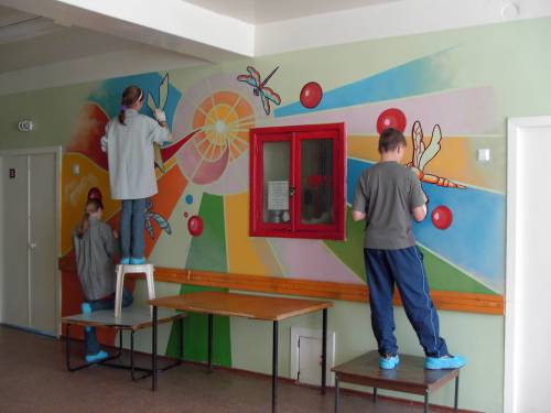 На фотографии показано оформление стен коридора детского сада своими руками с помощью краски
