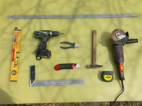 На фотографии представлены примерный набор инструментов, который может понадобиться для монтажа гипсокартона на стены