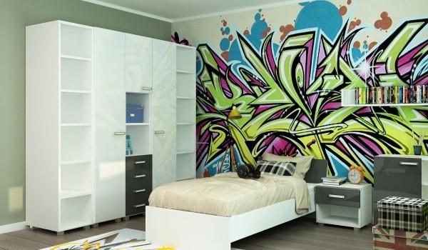 На фотографии приведён пример, как с помощью фотообоев с изображением модного разноцветного граффити, разбавить бело-серый дизайн и интерьер детской комнаты мальчика
