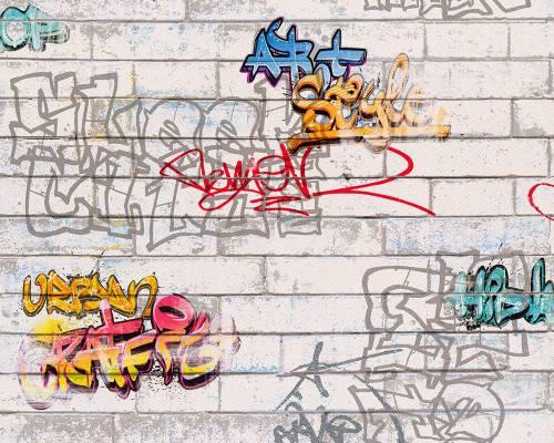 На фотографии вы видите пример текстурных фотообоев, имитирующих кирпичную кладку, с изображением на них граффити, именно такие часто выбирают подростки в свою комнату