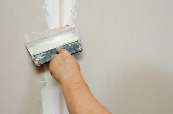 На конечном этапе монтажа гипсокартонных листов, швы между ними шпаклюют и грунтуют, и только после этого можно приступать к декоративной отделке стен