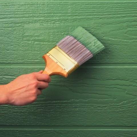 Нанесение непрозрачной краски на деревянную беседку