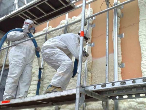 Нанесение жидкого пеноизола на фасад здания