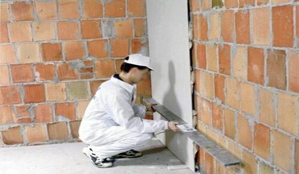 Необходимо сразу же прикладывать гипсокартонный лист к стене, как только вы нанесли клей, и немного придавить его для лучшего сцепления