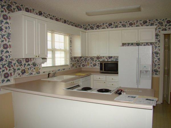 Обои на стенах кухни это редкость, которая с каждым годом набирает популярность, так как современные обои создаются очень крепкими и влагостойкими, что необходимо для кухни