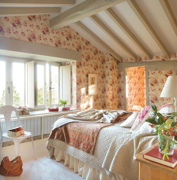 Обои с ненавязчивым рисунком, подчеркивающие деревенский стиль комнаты
