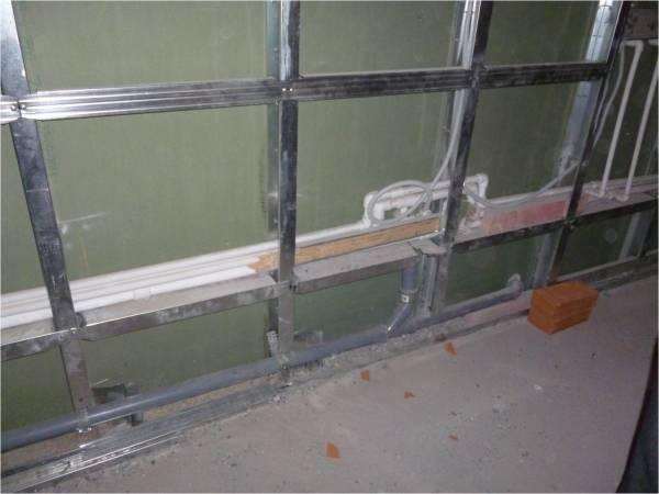 Обрешётка для монтажа гипсокартонных листов на стену может быть из различных материалов, чаще всего её делают из металлических профилей, но это могут быть и простые деревянные балки